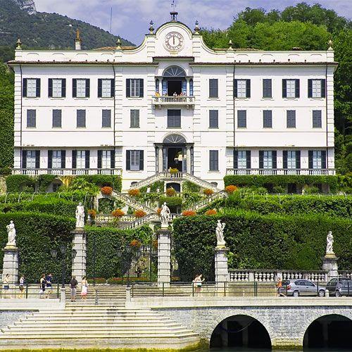 Affacciata sul lago di Como, Villa Carlotta , Tremezzo , Como ,via Regina 2  ; affacciata sul lago di Como ; il suo parco storico di circa 8 ettari è famoso per le fioriture primaverili, terrazze, nicchie e fontane  ; fino al 13 novembre 2016