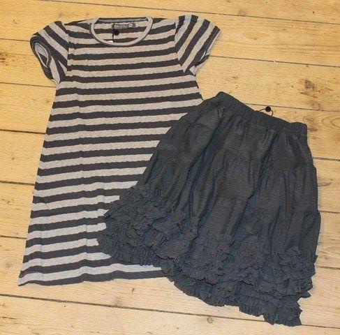 Gråt og Gråt!    Prøv at sætte dette mørkegrå tyll skirt indenunder kjolen og find så nogle farver - fx gule gummistøvler eller en par pink strømper og en pink cardigan. Jeg elsker bare de grå striber!    http://www.tankestrejf.dk/clara-tyll-nederdel.html  http://www.tankestrejf.dk/fnis-kjole-strib.html