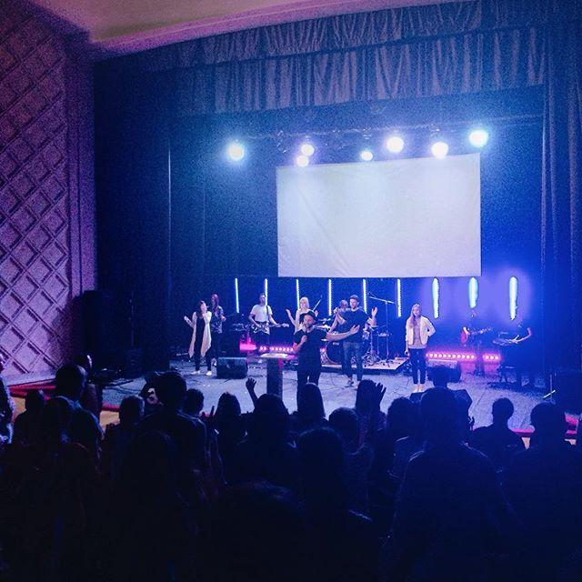 Люблю я очень такие собрания. Прямо сейчас @pastor.romanov проповедует на #ЮсВолга ! Обязательно не пропусти служение в 19.00, обязательно приходи и приглашай своих друзей. Верю ни грамма не пожалеешь! #узнайпримениподелись #YOUTHVOLGA #Youthsamara