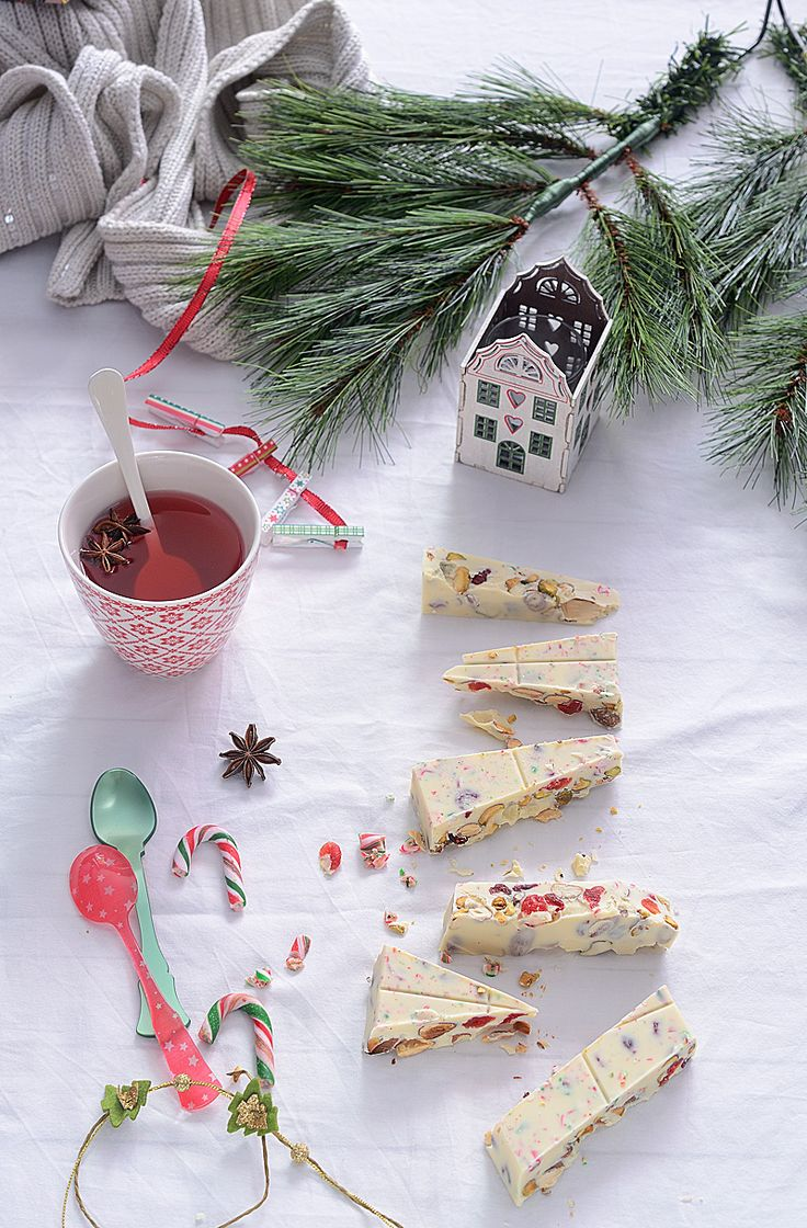 Turrón de chocolate blanco, almendras, fresas y caramelos peppermint para el
