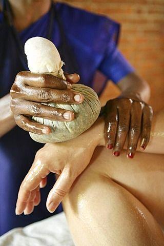 Masaje en la mano usando bolsas de hierbas, Somatheeram Ayurveda Resort, complejo de spa de la medicina ayurvédica tradicional en Trivandrum, Kerala, India, Asia