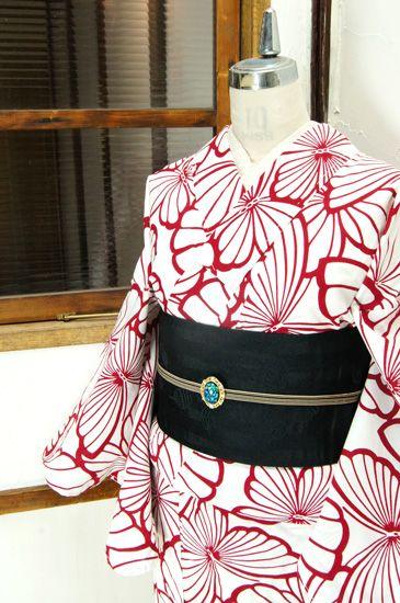 白に赤で染め出された大胆な蝶々のパターンがモダンな注染レトロ浴衣です。 #kimono