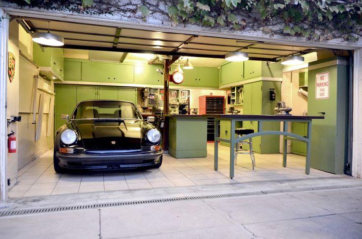Небольшой гараж, но с очень удобно организованным интерьером