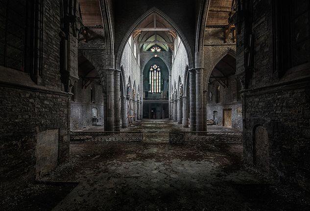 Il fotografo olandese Roman Robroek ha realizzato un progetto fotografico davvero interessante, immortalando il sileziono e l'austerità di alcune chiese abbandonate, in giro per l'Europ…