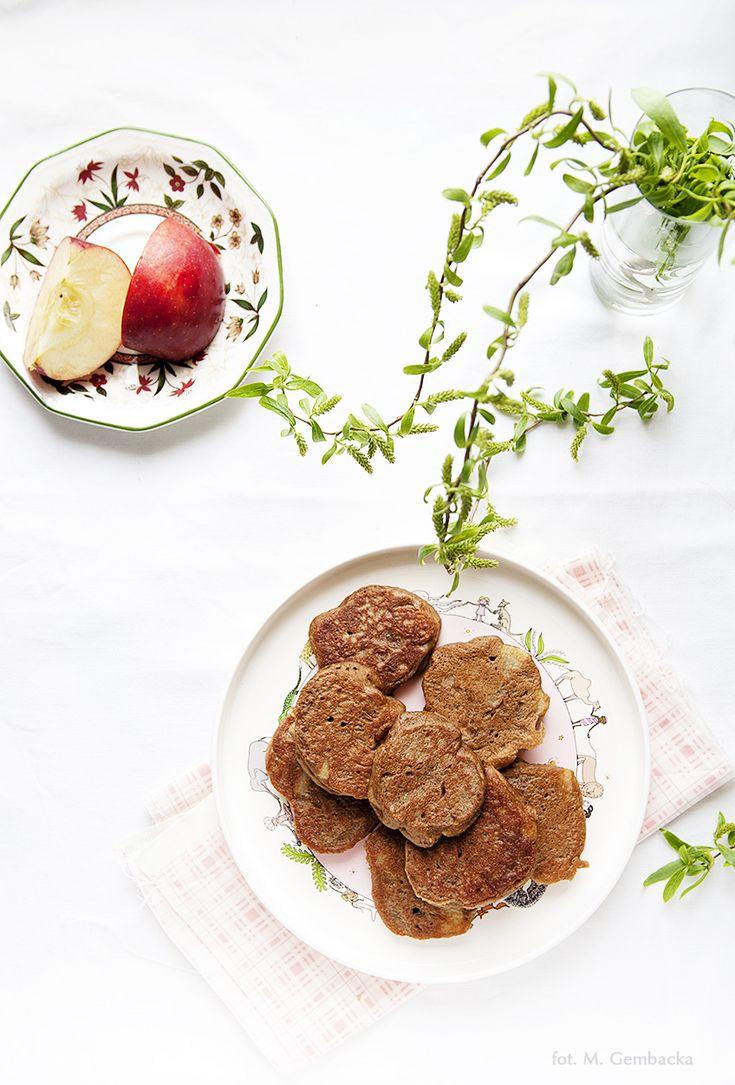 Placuszki owsiane z jabłkami to roślinna propozycja do lunboxa. Proste i szybkie do przygotowania. Dobre również na zimno.