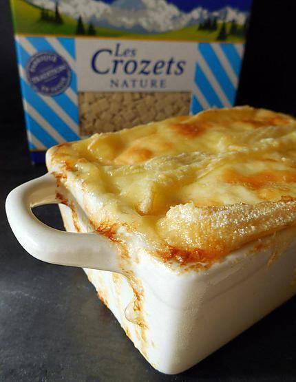 La meilleure recette de CROZIFLETTE! L'essayer, c'est l'adopter! 5.0/5 (1 vote), 2 Commentaires. Ingrédients: 300 gr de crozets     200 gr de lardons (ou 4 tranches de jambon sec de Savoie)     20 cl de crème fraîche épaisse     1 reblochon     1 oignon     Beurre     Sel,poivre