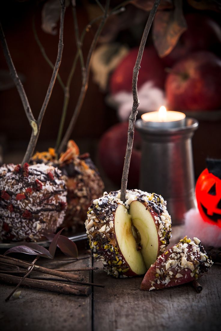 #healthy RAW DATE CARAMEL CHOCOLATE CANDY APPLES with coconut, goji berries #almonds and nuts for #HALLOWEEN #sugarfree #glutenfree #vegan. Works great with oatmeal porridge for breakfast | MELE AL CARAMELLO SENZA ZUCCHERO con CIOCCOLATO, noci mandorle e cocco per HALLOWEEN . Perfette anche a colazione con il porridge di avena