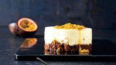 Cheesecake på den frække måde med chokoladecookies som bund. Mums! Brug små kageringe af metal til at forme de små cheesecakes. Alternativt kan du lave én stor kage i en springform.