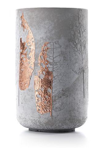 Jarrón de hormigón con detalle de hoja de bronce…