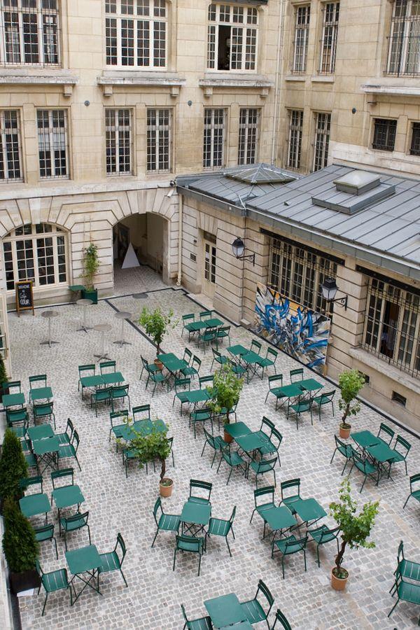 Paris 4e - Le Café Cour est ouvert du juin au septembre, dans la cour Renaudot au 55-57 rue des Francs Bourgeois, ouverture du dimanche au mercredi de 12h à 21h et du jeudi au samedi de 12h à 23h. Produits bio.
