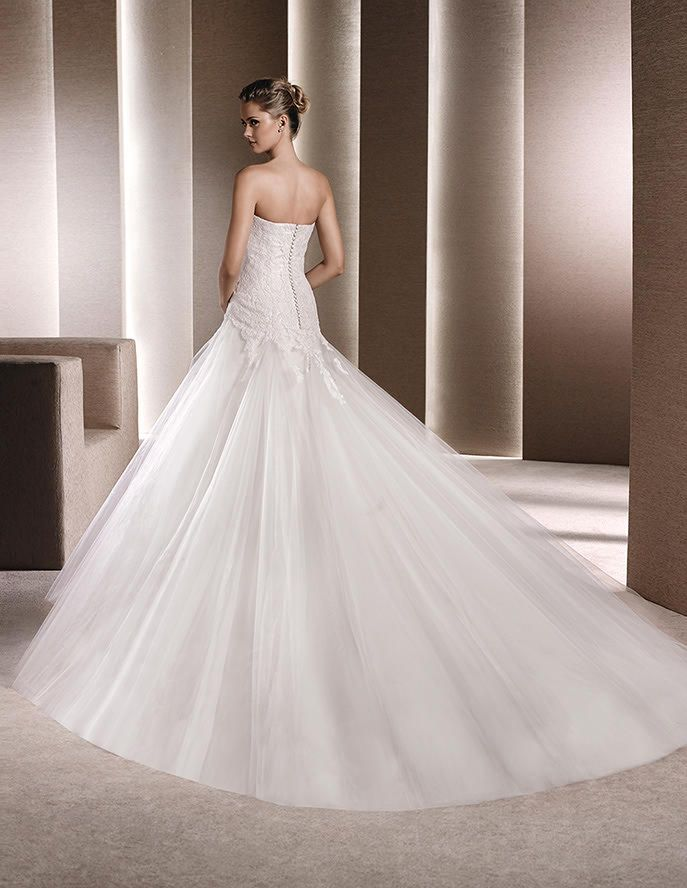 Detalle WEDDING DRESSES 2016 A-line dress in tulle decorated with lace appliqués. Sweetheart neckline and skirt with tulle godets.