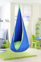 JOKI BARN-BO  Joki är en lyckodroppe! Ett underbart mysigt krypin för barn upp till ca 12 år. Inne i hängstolen/kråkboet finns en stor mjuk kudde på 70 cm i diameter. Kudden har en volym på hela 65 liter. Joki är tillverkad av bomull och fyllningen i kudden är av polyester.  Den kan hängas upp inomhus i taket, eller i en ställning och kan även hängas runt en trädgren utomhus.