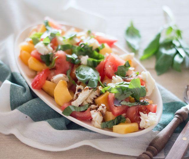 Het recept voor salade met perzik, tomaat en mozzarella. Een makkelijke salade met een verrassend lekkere smaakcombinatie die je echt eens moet proberen!