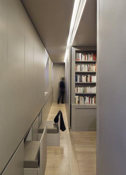 Deux parois coulissantes permettent de multiplier les configurations de la suite parentale. La suite est constituée d'un couloir dressing, d'une zone lit/bibliothèque, de toilettes et d'une grande salle de bains.