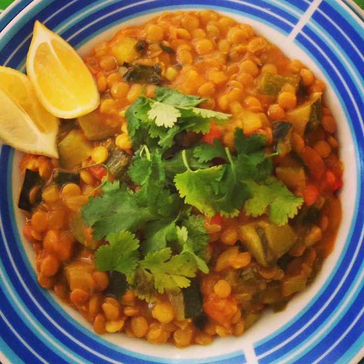 Curry amarillo de lentejas tipo thai, con verduras, anís estrellado y cilantro.