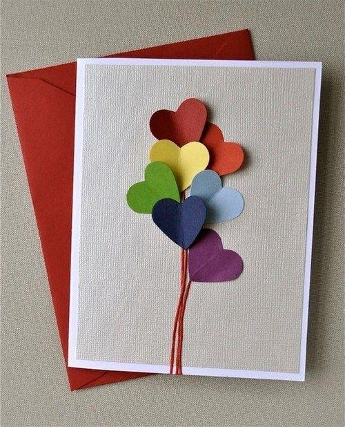 Plooi je hard papier in twee(eventueel door met een breekmes een fijn lijntje te trekken, zodat het papier makkelijker plooit). Plooi je gekleurde papier in twee. knip op de plooi een half hart uit. Als je het papier open plooit, krijg je een hartje. Kleef ze op je witte kaart(plak hierbij enkel de middellijn vast aan de kaart, zodat het hartje wat loshangt. Teken enkele gekleurde lijnen. Zo krijg je al snel een kaart vol hartjesballonnen. Veel knip-en plak plezier met liefde gemaakt!
