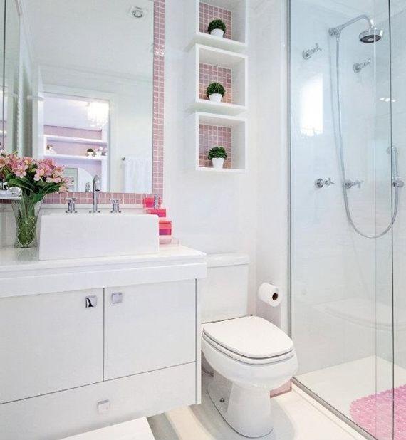 Aproveite o espaço vertical do seu banheiro usando nichos para decorar e organizar!