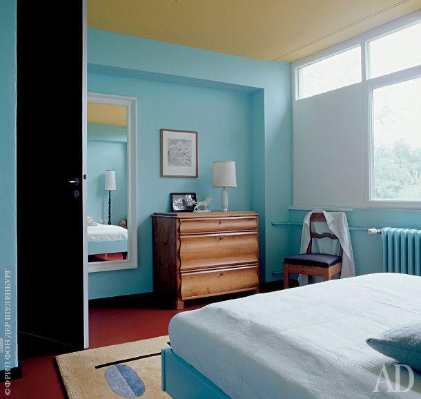 Комод 1930-х годов и стул в стиле позднего бидермейера — две из немногих вещей со старой квартиры хозяина.