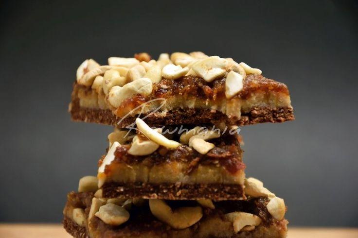 Raw SNICKERS (čokoláda, mandľová múka / mandle, datle, kakao; kešu, kakaové maslo, sladidlo; datle, kešu)