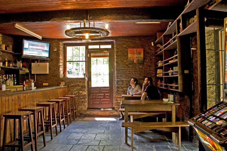 Interior de un bar de pueblo en España.