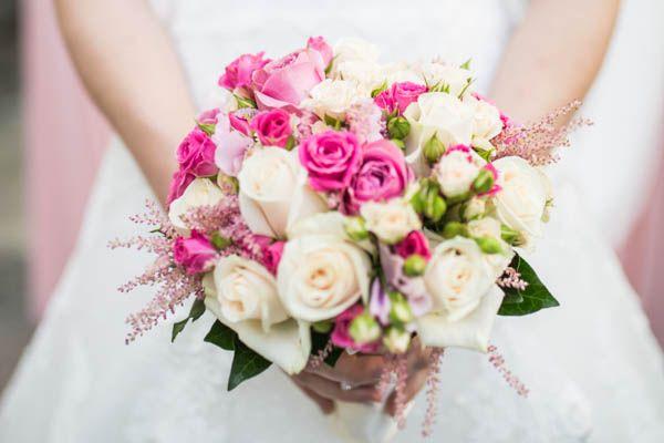 Die Hochzeit ist eines der wichtigsten Tage im Leben. Umso wichtiger ist es, dass an diesem Tag alles perfekt wird. Dabei spielt das Budget natürlich eine nicht unwesentliche Rolle. Zu den teuersten Bereichen gehören unter anderem Fotograf, Location, Partyservice und Brautkleid. Aber eine Hochzeit muss nicht immer teuer sein und günstig bedeutet auch nicht, dass