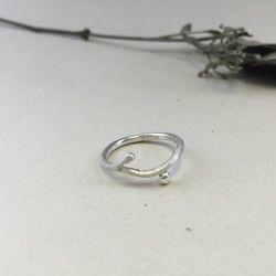 受注生産にて承っております。振込確認後7〜10日納期にて発送致します。植物モチーフの指輪です。実がちょこんとついています。ツタのようなゆるやかな曲線は指先を美しく見せてくれます。【材質】・Silver 950【大きさ】・リング:2×2 mm 【サイズ】・3〜25号 ( 0.5号単位でオーダー可能 )の間で、備考欄にご希望のサイズを記入くださいませ。【取り扱いについて】・一点一点手作りによる唯一無二の商品となっております。※元々の銀の色味である白仕上げに、表面加工は細かな荒らしを施した梨地仕上げとなっております。・使うほどに深みのある風合いに変化するさまを楽しめます。※色合いが気になる場合は、酸化物除去クリーナーの使用をおすすめします。何かご不明な点などございましたら、HPよりお気軽にお問い合わせくださいませ。HP:https://www.barie-accessory.comInstagram:inaariee