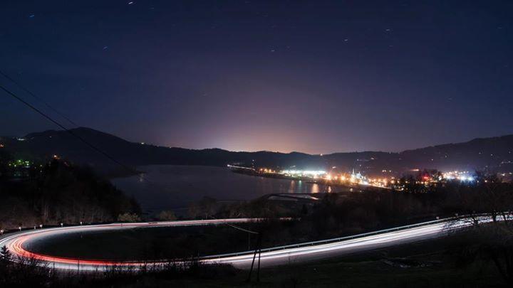 Droga od Krakowa,zjazd z Góry Just.W dole oświetlone Tęgoborze nad zalewem Rożnowskim a dali na horyzoncie łuna świateł Nowego Sącza