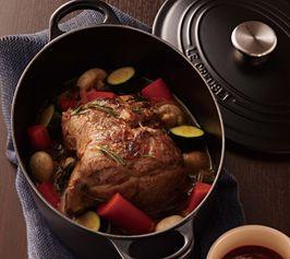 大きなかたまり肉をお鍋にまるごと入れてジューシーに仕上げます。 パーティーにもぴったりのメニューです。 材料(4人分/ココット・オーバル25cm) 豚肩ロース肉(ブロック) 1kg 塩 小さじ2 白こしょう 適量 タイム