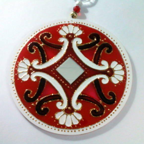 Mandala em acrílico de 12cm de diâmetro, pintura vitral, decorada com espelho de 2x2 em ambos os lados.    Vermelho: Vitalidade. Autoconfiança, firmeza e coragem.