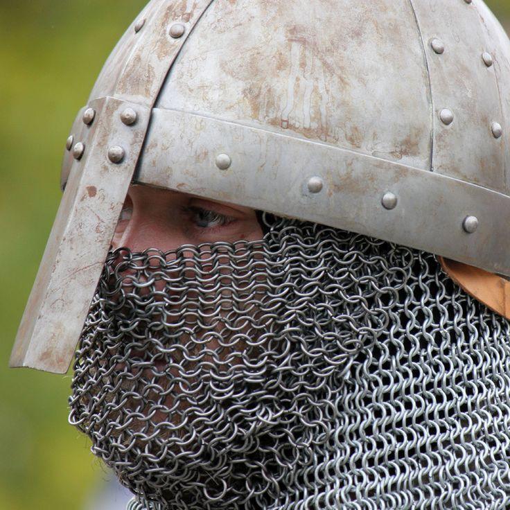 32. INDUMENTARIA MILITAR EDAD MEDIA. Almófar; protección de la misma malla que el gámbax que se situaba en la cara para evitar heridas profundas y proteger esa parte del cuello.