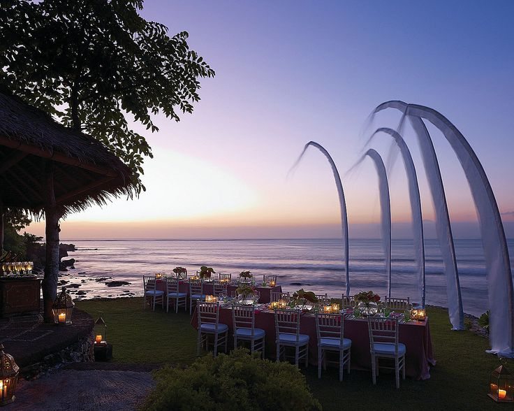 Admire the evening sky along with dramatic 180-degree Indian Ocean and Bay views.