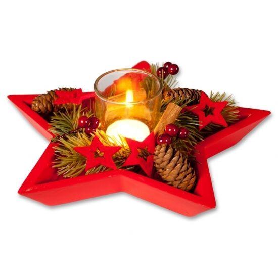 Dit kerststukje is gemaakt van kunststof en natuurlijke materialen en wordt geleverd in een houten rode ster met waxineglaasje. Afmeting: ca. 24 x 24 x 7 cm.