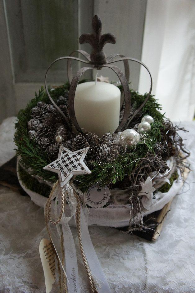 Eine traumschöne Adventsdeko.... Auf einem mit Moos und Bändern umbundenen Kranz liegt ein von mir gestalteter zapfenkranz aus heimischen Lärchenzapfen....in der Mitte trohnt in einer Metallkrone...