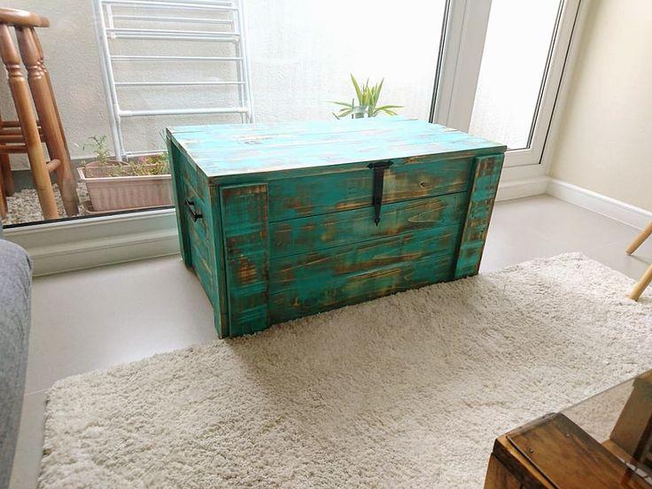 Baúl turquesa envejecido, hecho con materiales reciclados ♻️🍂
