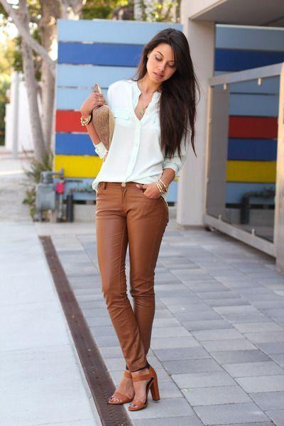blusa blanca con pantalon beige