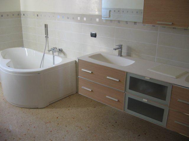 Immagine che ritrae un bagno con pavimento di marmo seminato alla