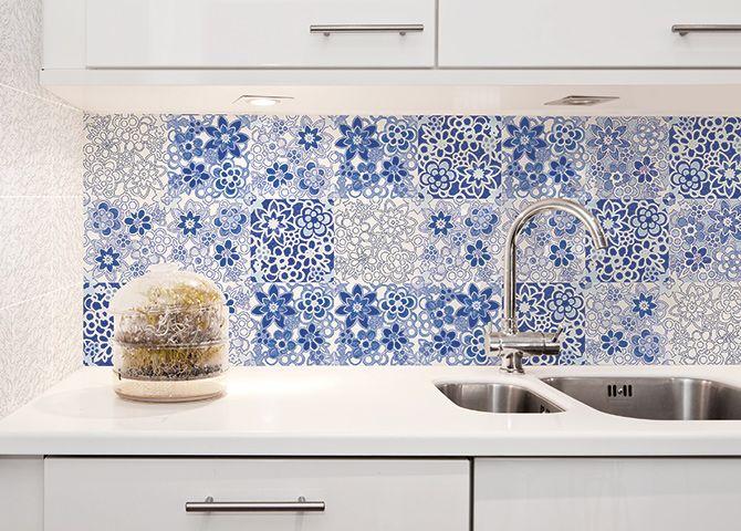 La semplicità i un decoro azzurro su fondo bianco che riproduce il gusto mediterraneo per gli ambienti freschi e gioiosi