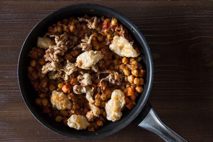 Νηστίσιμη συνταγή για ρεβίθια με καλαράκια και λαχανικά από τον Άκη. Υπέροχη συνταγή και ένα ολοκληρωμένο γεύμα για όλες τις ώρες.