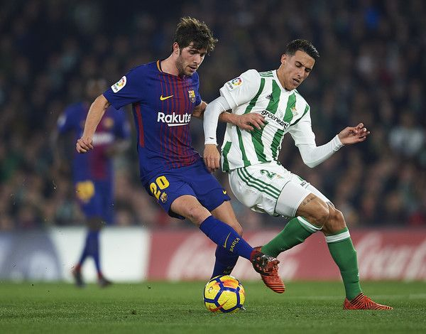 Sergio Roberto of FC Barcelona (L) competes for the ball with Cristian Tello of Real Betis Balompie (R) the La Liga match between Real Betis and Barcelona at Estadio Benito Villamarin on January 21, 2018 in Seville, . - 51 of 81