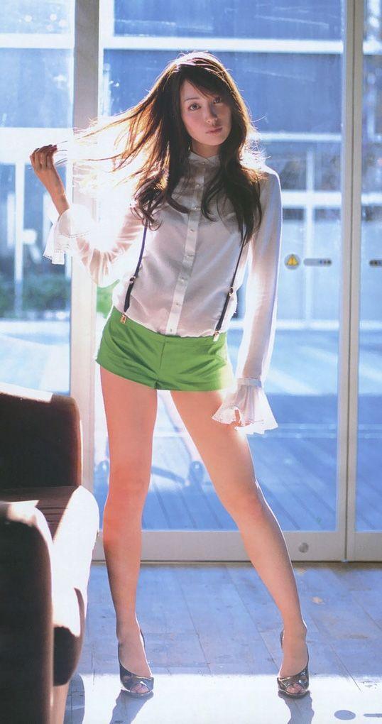 緑のショートパンツをはいている高梨臨のかわいい画像