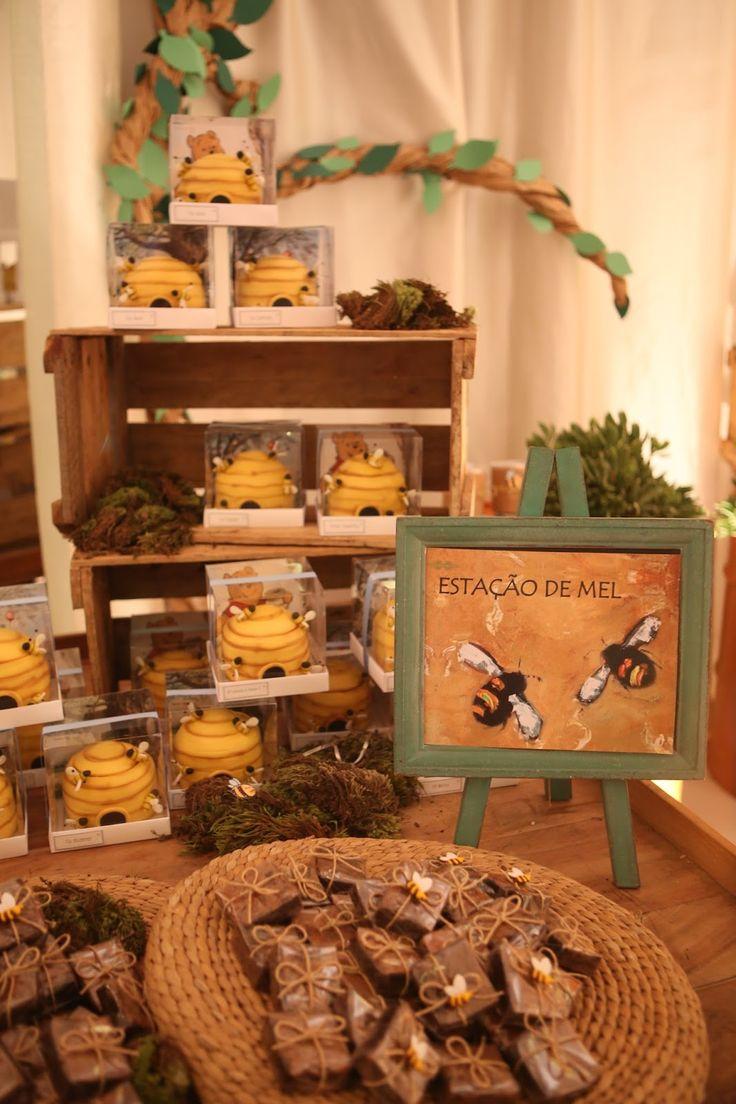 Que tal fazer uma linda Festa Ursinho Pooh para su filho? Esta decoração é da Meninas da Tetto. Lindas ideias e muita inspiração! Bjs, Fabiola Teles.     ...