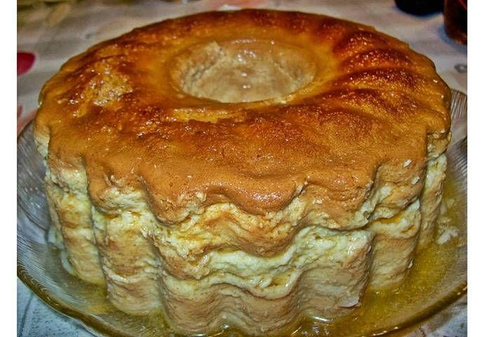 500 g de requeijão 500 g de açúcar 2 ovos inteiros 8 gemas de ovos Amêndoa moida ( não pus ) Escorre-se o requeijão e desfaz-se. Batem-se todos os ingredientes bem batidos. Vira-se para uma forma de pudim já caramelizada. Leva-se a cozer em banho-maria durante 20 minutos, cozi na panela de pressão. Fontehttp://osaborautentico.blogspot.pt Imprimir