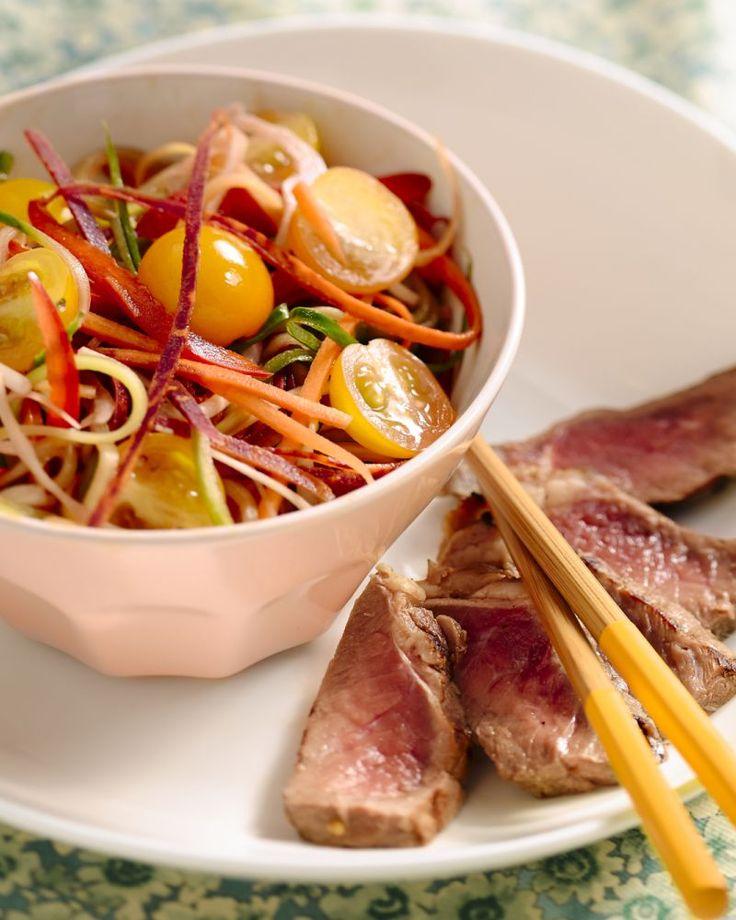 We kennen de Thaise keuken vooral van curry stoofpotjes, maar probeer eens deze Thai beef salade met wortellinten. Fris, eenvoudig en verrassend Oosters!