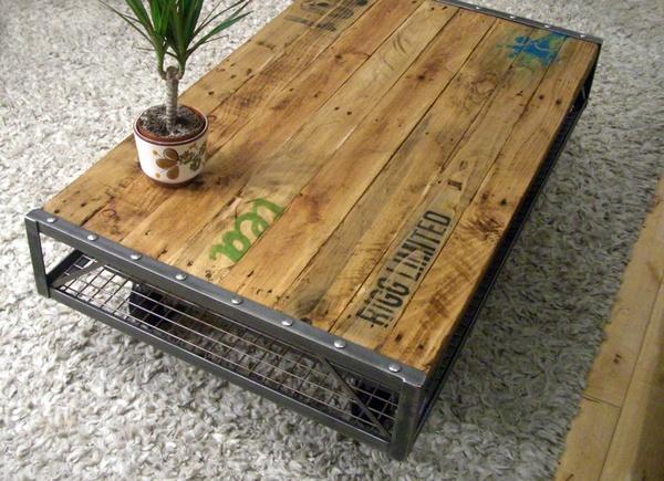 """Beau mélange de matériaux, bois métal.  (Pallet Coffee Table..pinned to """"It's a Pallet Jack"""" by Pamela)."""