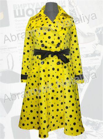 115$ Желтый плащ с черным горохом для полных девушек Артикул 845, р.50-64 Плащи Плащи женские Плащи больших размеров Плащи для полных