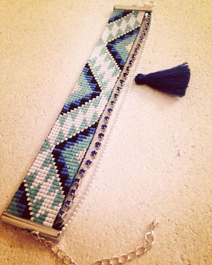 Bracelet manchette en perles miyuki chaîne strass bleu et chaîne à billes argentée avec un joli pompon bleu