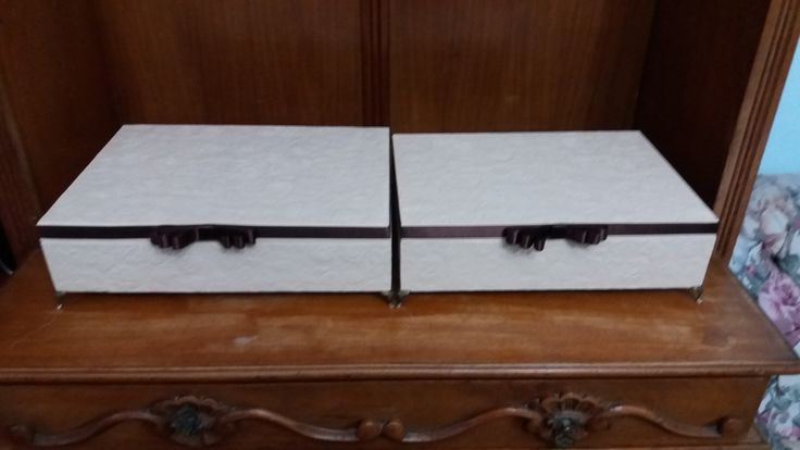 Caixa para convite de casamento ou festas na cor bege , com textura na tampa e finalizada com fita gourgurão marrom . www.elo7.com.br/esterartes