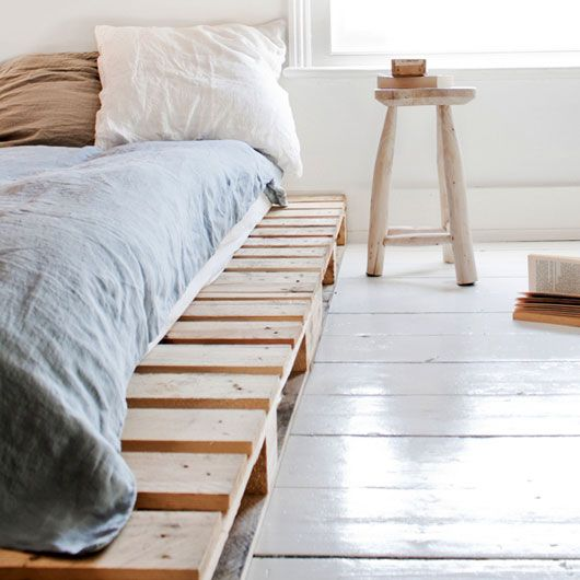 Gotta love those pallets: Diy Ideas, Natural Woods, Simple Living, Woods Pallets, Pallets Beds Frames, Wooden Pallets, Platform Beds, Bedrooms, Salvaged Woods