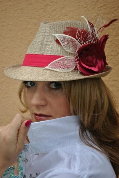 Hut mit Accessoires!!!  Blüten, Sinamay, Satinbänder, Blumen, Perlen     Das sind sogenannte Herrenhüte total stylisch und super wenn man auffallen...
