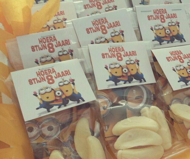 Minions traktatie. Minions label met een zakje gevuld met banaantjes.